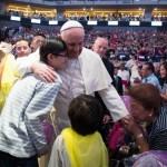 Francisco rodeado de fieles asiaticos